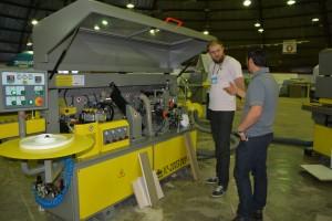 Representante de vendas da Acasel, André Felipe Ricco Ribeiro mostra para o lojista Luis Eduardo Heckler os lançamentos expostos na Mercomveis