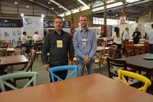 Fábio Scapin (direita) da Móveis Scapin de Nova Erechim trouxe lançamentos em mesas e cadeiras apostando numa linha mais sofisticada com produtos de alto padrão