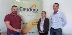 Diretor executivo da Amoesc/Simovale, Leonel Felipe Beckert, a gerente Maiara Ansolin o diretor da Corretora de Seguros, Gilberto Antonio Cauduro