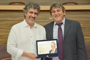 Osni Carlos Verona recebe placa de homenagem pelos nove anos na presidência das entidades das mãos do atual presidente Ilseo Rafaeli
