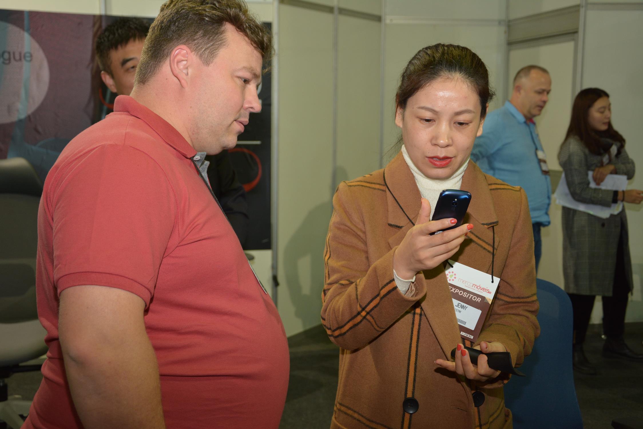 Expositores contam com aparelho que permite tradução simultânea e facilita negócios