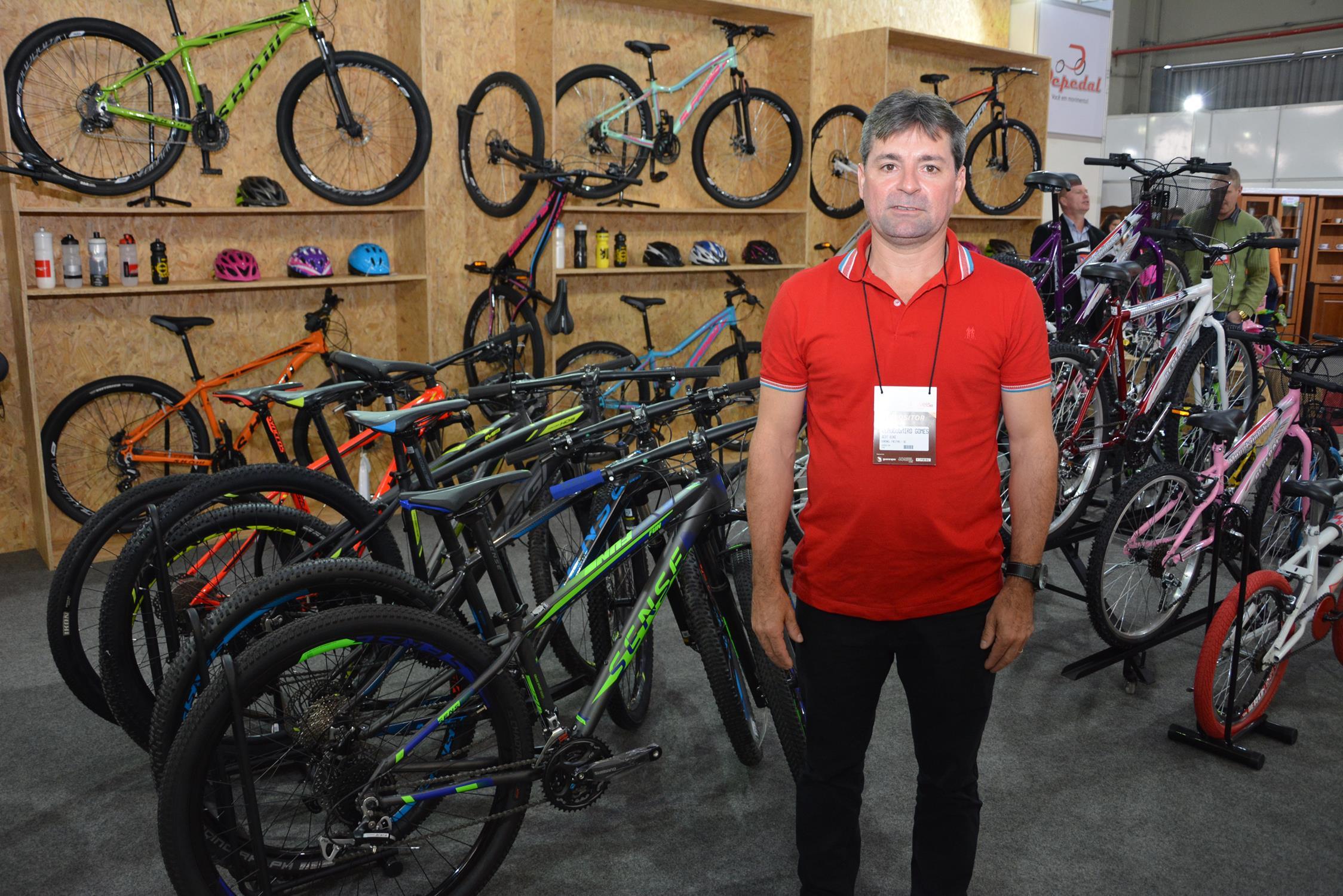 O gerente da Depedal, Claudiomiro Gomes, demonstra os diferenciais das bicicletas
